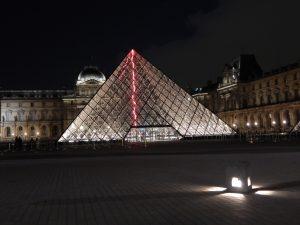 Piramida na dziedzińcu Luwru