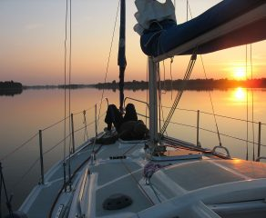 Turystyka jachtowa na rzekach staje się popularna. To dobry sposób na zwiedzanie i kontakt z przyrodą