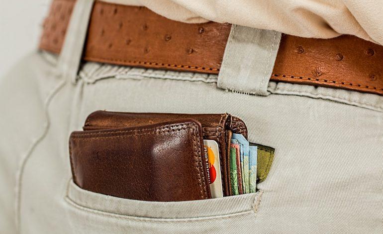 Polacy coraz częściej płacą kartą podczas pobytu za granicą. Nie zawsze jest to jednak opłacalne